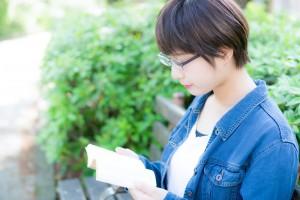 honyomu_megane_josei
